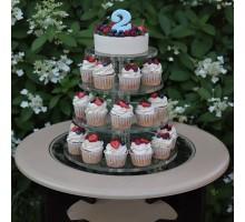 Муссовый торт с капкейками на ярусной подставке